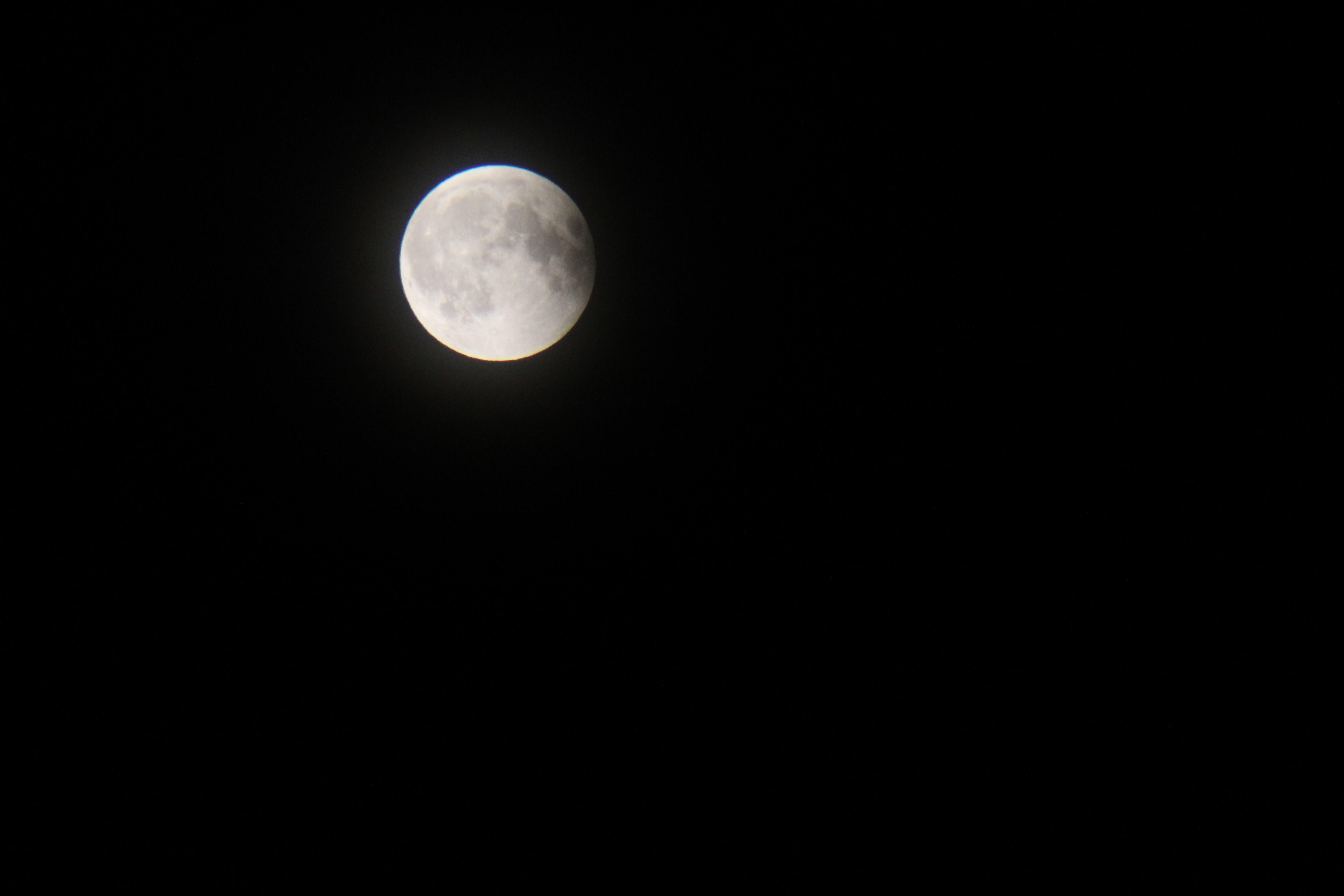 La Lluna ja al final de l'eclipsi parcial captada a pols d'uns prismàtics ( 0:22 ). 1/500 Segonts d'exposició, ISO 1600 i F/5.6.